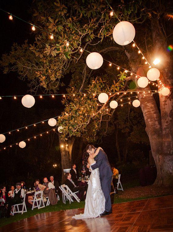 Malissa&Ryan在圣地亚哥植物园举办的真正婚礼上有一个郁郁葱葱的绿色背景,美丽的紫色伴娘和复古时尚。