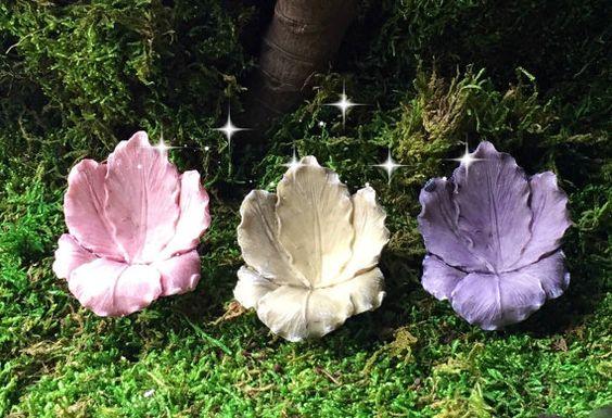 """这些美丽的小鸢尾花椅子适合任何仙女花园。有什么比用花做成的椅子好? :)尺寸:2.25""""高,2""""宽和1.75""""深与2""""金属挑选仙女可在单独的清单。这个项目不是由梦幻仙境花园手工制作,而是精心挑选作为创建自己的微型花园的供应。选定的项目代表您期望从梦幻仙境花园获得的品质!感谢您支持小企业! ***我结合航运,所以一定要检查我的其他项目才能最终确定您的购买。点击下面的链接浏览我的商店! :) https://www.etsy.com/shop/MiniatureFairyDreams?ref=hdr_shop_menu"""
