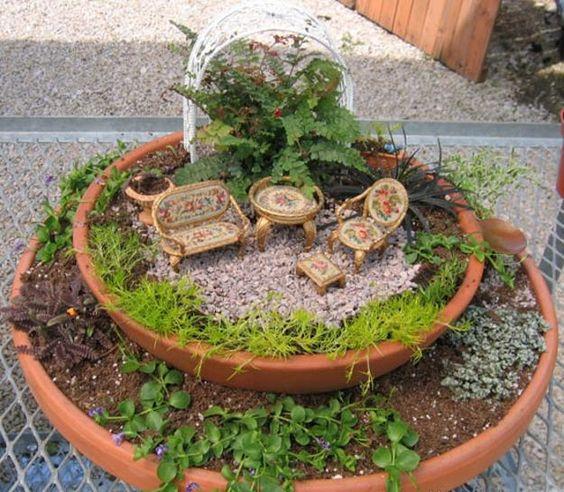 花盆中的微型花园设计和小容器中的童话花园是小型集装箱园艺的新趋势,提供了一种有趣的方式来创造反映真实自然环境的氛围和迷人美景的微小逼真景观