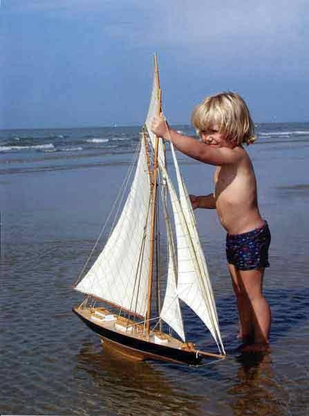 不知道爸爸是否知道他在玩他的fab模型帆船?