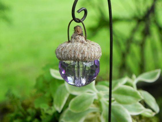 一个可爱的小手工橡子帽灯笼,为您的微型花园,童话花园或玻璃容器增添一些色彩和乐趣。它们看起来很可爱,衬着微型通道。我在真正的橡子帽上添加了一个小线圈,它已准备好挂在包含的线装饰钩上。 ✿橡子帽灯笼球约3/4英寸宽x 1英寸高。 ✿装饰钩大约8英寸高。您可以根据插入桩的距离调整灯笼的高度。珠子可能略有不同。仅限装饰用途。不亮。请注意,由于计算机屏幕分辨率的变化,在家中查看它们时的颜色可能与成品略有不同。物品不适合小孩子。它们包含小部件。