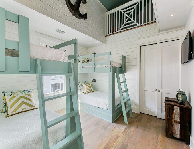 海滩房子双层床房间配有绿松石双层床|巢室内设计