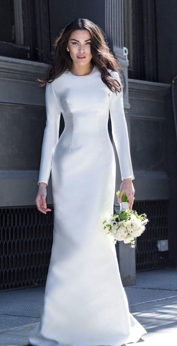 查看Lakum 2017春季系列优雅大胆的婚纱,以简洁的线条和经典款式完成。