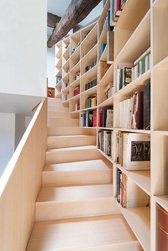 两个爱 - 楼梯和书籍
