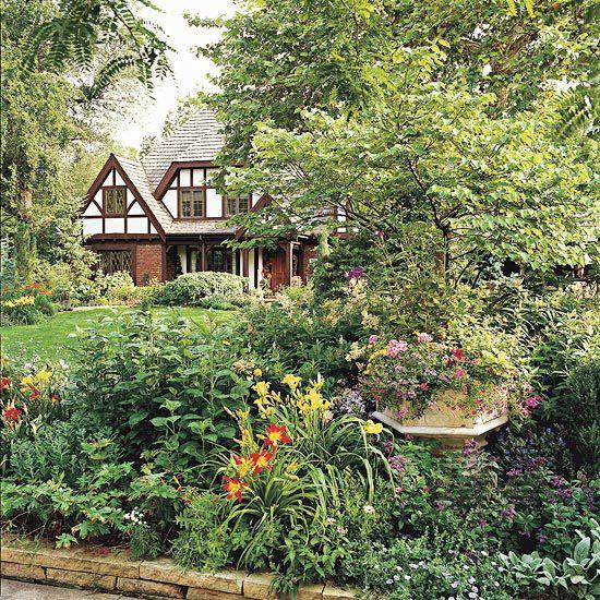 通过人行道花园为您的前院增添美感和遏制魅力。看看这些前花园的想法,即使在最小的空间也能工作。