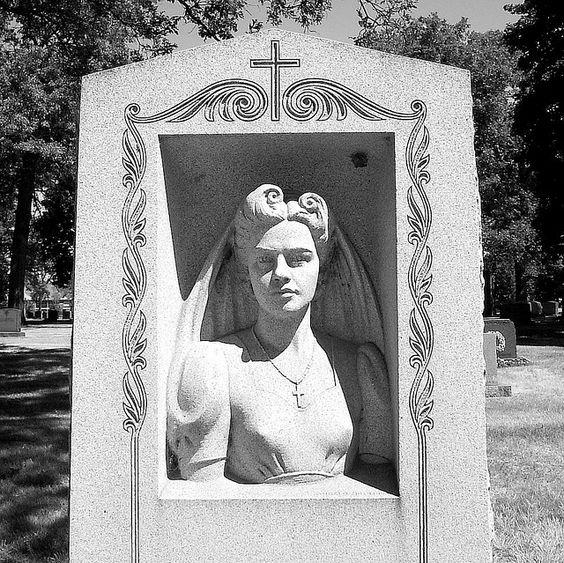 一个女人和她的丈夫在伍德米尔墓地的墓碑。
