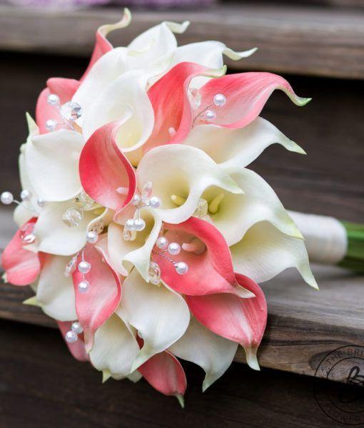 由新娘花的珊瑚和奶油色马蹄莲花束