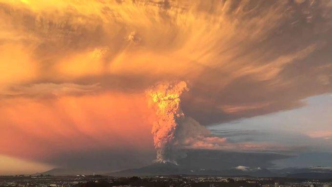 MT. CALBUCO , CHILE VOLCANO ERUPTS l Rogrigo Berrera video