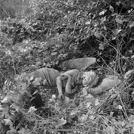 伦敦汉普斯特德高地墓地。睡觉天使的雕像。 1970年代John Gay拍摄。