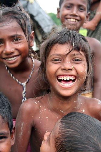 Noakhali,孟加拉国lucidtravels.blogspot.com Bede是孟加拉国的一个移民组织,他们没有永久的定居点,无论他们想去哪里都可以去。据说,欧洲的罗姆人是比德的后裔。可以想象,这个族群的生活非常困难。儿童很少得到医疗服务或教育,而工作总是很少。但孩子们就像到处都是孩子,他们喜欢笑,想知道更多关于他们奇怪的游客。