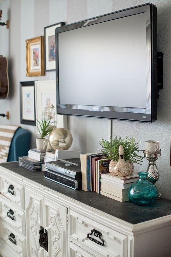 如何设计现代画廊墙壁并在电视周围装饰。