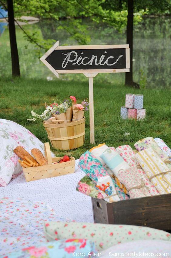 在纽约中央公园寻找完美风格的野餐? Kara's Party Ideas为您提供了一个光彩夺目的野餐。在这看到它!