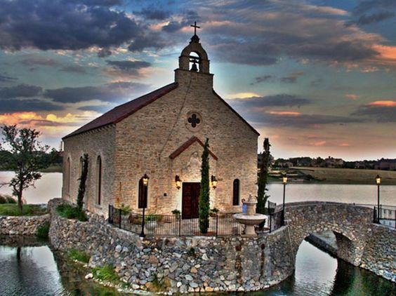 毫无疑问,贝拉唐娜礼拜堂在达拉斯是一座令人惊叹的婚礼教堂。这是一个真正浪漫的婚礼仪式的完美婚礼教堂。