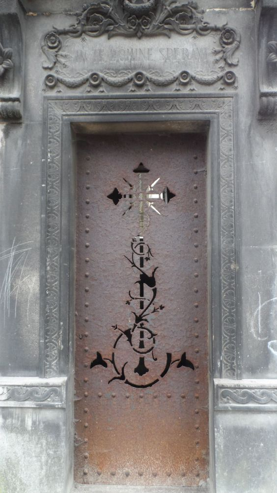 Pere Lachaise墓地的陵墓门