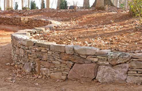 这里有一些挡土墙的想法与石头和模块化砌块墙的图片。您选择哪个取决于您想要的外观和预算。