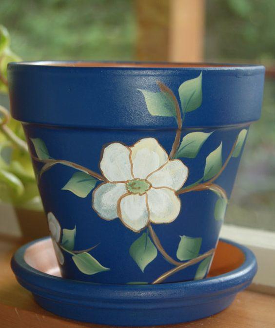 """美丽而独特的手绘粘土花盆将在5至10个工作日内订购。可用尺寸:6''(顶部大约5.5""""高,6""""宽,匹配盘宽6"""")。或8英寸(顶部约7.5英寸高×8英寸宽,配菜8英寸宽)花盆底部将涂上黄色,带有深蓝色芙蓉花的白色飞溅和叶子设计���。我用内部和外部密封锅和碟子,并使用清晰的密封剂保护设计。我建议只在室内使用这些花盆。"""