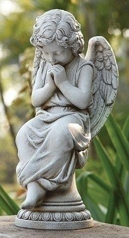 """坐在基座上的天使花园或墓地。甜美的祈祷天使会为花园或墓地增添美丽。由树脂/石材混合制成措施17""""H 9.5""""W 7.75""""D"""