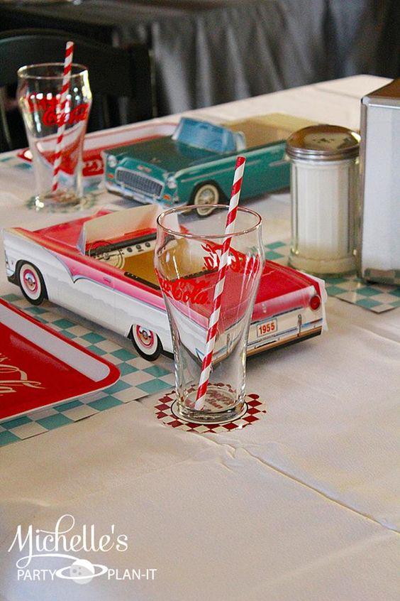 这个复古的1950年代的儿童父亲节派对由米歇尔的党计划的米歇尔斯图尔特提交。我喜欢这个主题非常适合从生日派对到父亲节庆祝活动到婴儿洗澡这么多场合! 20世纪50年代晚餐派对的想法和我最喜欢的元素是:汽车形状的食品盒用黑色甘草轮制成的食用记录杯形蛋糕在冰淇淋盘中供应,并配上樱桃口香糖。复古金属餐具标志点唱机和更多!