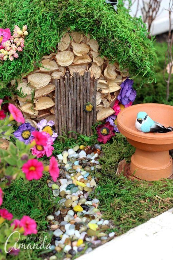许多人决定在一个大容器中建造他们的仙境花园。在建造仙女花园之前,你必须考虑一下你想要唤醒的仙境花园。例如,也许你...