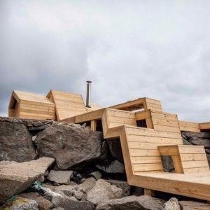 奥斯陆建筑学院的学生们建造了一个木制桑拿浴室,可以跨越挪威风景