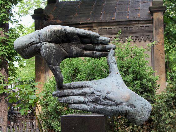 华沙。 Powazki。电影导演KrzysztofKieślowski的墓碑上的雕塑。华沙。波兰。 Powazki公墓。在KrzysztofKieślowski坟墓上的墓雕塑 - 电影导演。