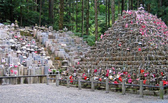 高野山广阔的公墓令人印象深刻。一些公司的坟墓上有信箱,供商人向坟墓外寻求帮助!