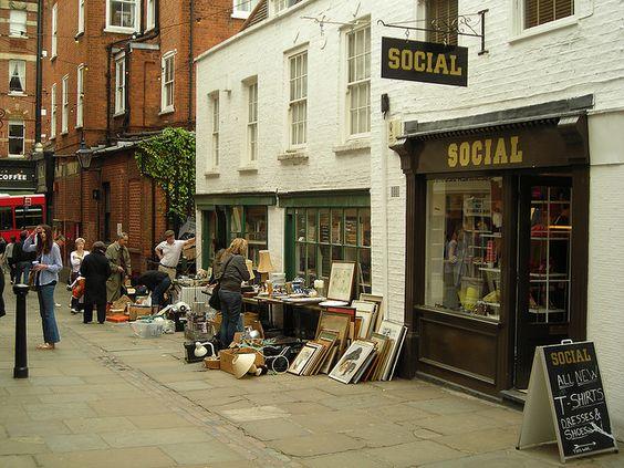 我觉得伦敦西北部的富裕地区汉普斯特德有一种波希米亚风情。这是Flask Walk,那里有许多有趣的商店和餐饮场所。