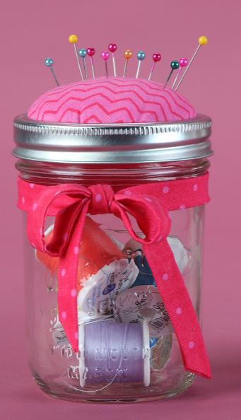 谁不喜欢一个好的梅森罐子工艺?这些小罐子对你的生活中的裁缝或工匠来说非常棒,它们既可以作为枕头垫也可以作为...