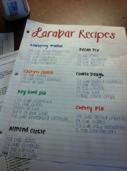 今天我想分享如何制作你自己的LARA BARS。这非常简单!我已经列出了10个LARA BAR食谱,并构建了您自己的LARA BAR指南!