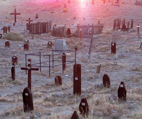 没有什么比一家小丑汽车旅馆旁边的墓地更加令人毛骨悚然。