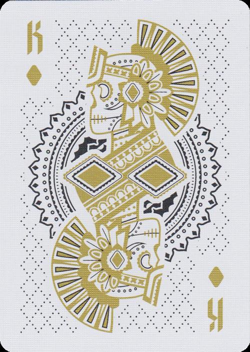 Muertos是由Steve Minty设计并由美国扑克牌公司制作的一套原创美国扑克牌。它是独立制作并纪念庆祝生死的节日; Dia De Los Muertos。 Muertos套牌采用Dia De Los Muertos的经典美学,并根据游戏的传统和成长经历进行更新。它描绘了社会阶层和文化历史,同时散发出现代优雅的奢华感。规格:功能54甲板上的自定义卡。金印刷油墨2 Gaff卡金箔和浮雕褶皱盒定制铝箔密封