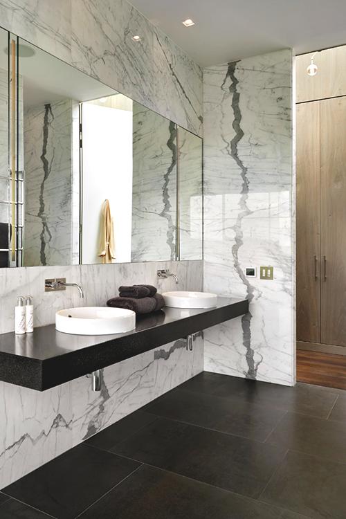 您对这款现代浴室设计有何看法? #interiordesignideas #roomideas #moderninteriordesignideas豪华设计,现代家居,豪宅。请访问www.luxxu.net查看更多灵感