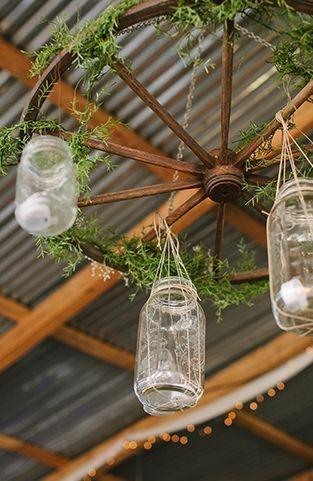 婚礼装饰:质朴的梅森罐子婚礼