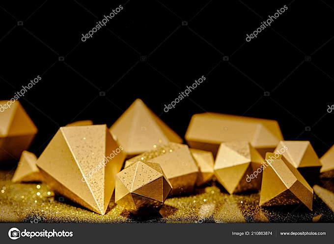 黑色背景上的闪亮面金色碎片和灰尘