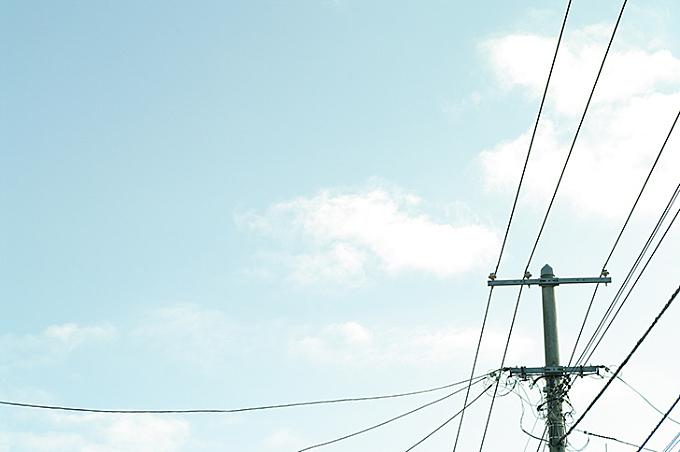 空と電線のフリー写真素材