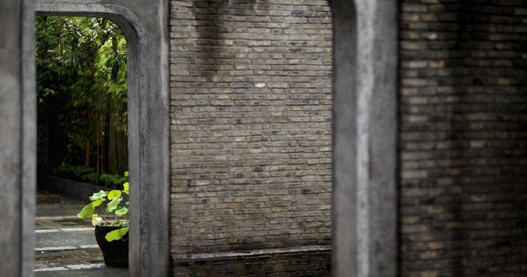 #诺特拉斯分享#杭州湖边邨酒店紧邻西子湖畔,是一座以历史建筑来诠释中国现代生活品质的精品度假酒店,由北京BHD设计公司设计,酒店属于上世纪三十年代石窟门联排里弄建筑,民国风情浓厚,深色木质大门的院落里,四幢整齐的两层砖木结构建筑。湖边邨建筑群是近代建筑发展演变的重要实例,是民国建筑风尚的典型代表