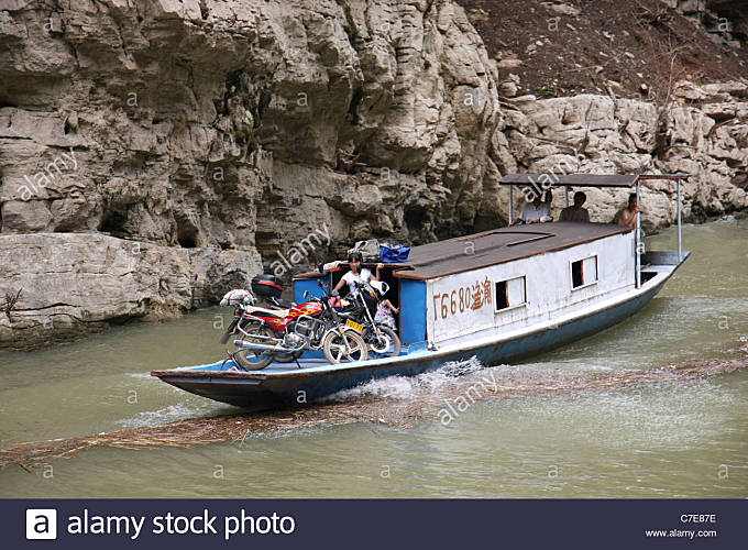 Sampan and motor cycles, MIsty Gorge, Lesser Three Gorges, China - Stock Image