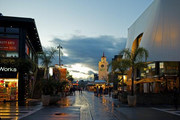 贝弗利山购物区包括比佛利街(Beverly Drive)和罗迪欧街(Rodeo Drive)