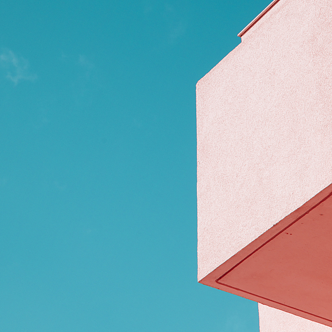 A Play of Colors on Architectures
