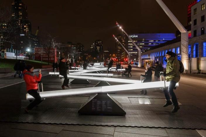 加拿大蒙特利尔明亮的跷跷板游乐设施简介_加拿大蒙特利尔明亮的跷跷板游乐设施图片_