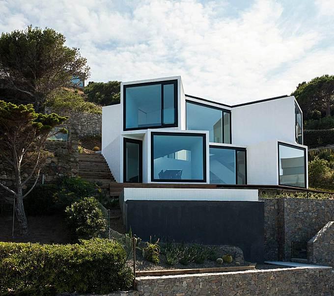 The Incredible Contemporary House Facing the Mediterranean