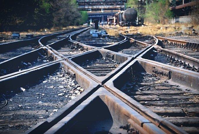 老厂区的铁轨曾经是首钢的血管~还有再没人去看的标语~铁轨上部分设备贴了崭新的提示 1 1
