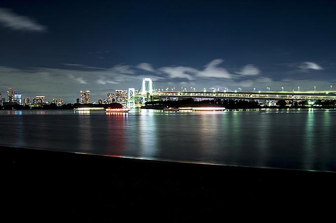 レインボーブリッジの夜景のフリー写真素材