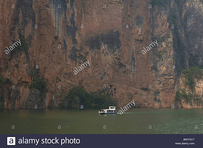 Tour ship sailing on Yangtze River, The Three Gorges Scenic Area, Chongqing, China - Stock Image