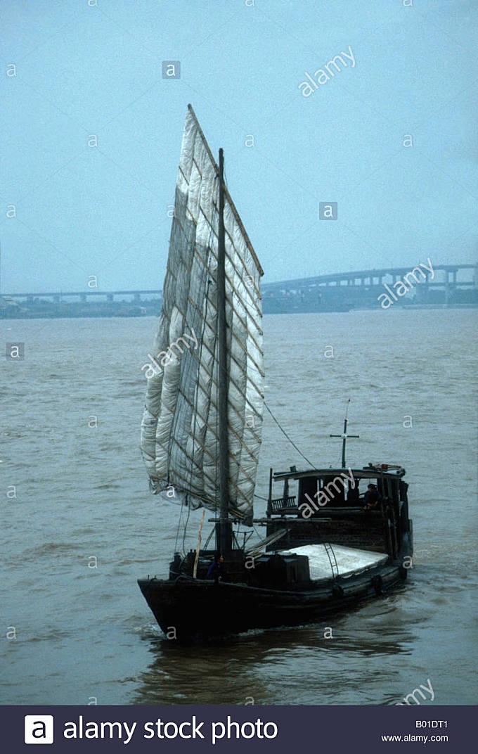 Junk under sail on Yangtze River at Nanjing in 1988 - Stock Image
