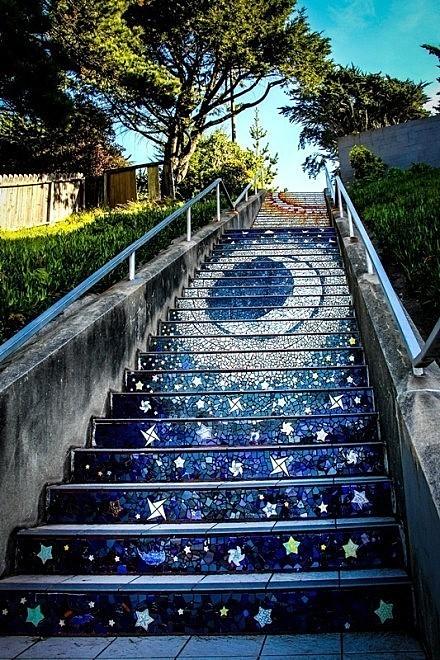 旧金山Moraga街与16大道交会处,陶瓷艺术家Aileen Barr与马赛克艺术家Colette Crutcher共同合作,与超过300名社区志工,创作了一道梦幻的艺术台阶。想不想上去走一走?