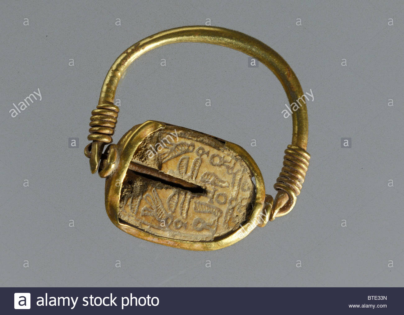 5426. Egyptian scarab ring, gold and ivory, perhaps a signet ring dating c. 10-9th. C. BC - Stock Image