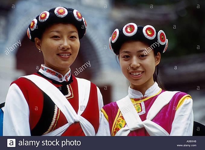 China, Girls In Naxi Costumes - Stock Image